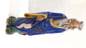 Escultura de sábio idoso oriental em cerâmica vitrificada ricamente policromada. Mede 37 cm de altura. OBS: Pequeno restauro proximo a orelha direita.