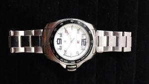 TOMMY HILFIGER - Relógio masculino da grife em aço e com caixa de 45 MM contendo mostrador com ponteiro de horas, minutos e segundos além de calendário. Usado e em pleno funcionamento.