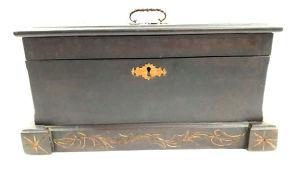 Robusta caixa de guardar pertences em madeira nobre, pesada, com decoração esculpida a mão e bandeja interior deslocável. Mede 22 cm de altura por 28,5 cm de largura  e43,5 cm de comprimento. Não possui chave.